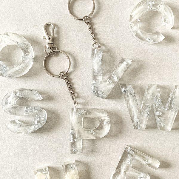 Schlüsselanhänger Buchstabe Pampasgras weiß Silber